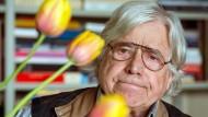 Nicht nur Bücher, auch Blumen halten jung: Der emeritierte Professor für Ästhetik und Philosophie, Bazon Brock, in seinem Wuppertaler Wohnzimmer.