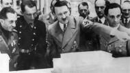 Hitler, der Baumeister, führt den italienischen Wirtschaftsminister (links) durch eine Ausstellung über Kunst und Architektur