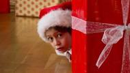 Nur mal kurz gucken – verpackte Geschenke haben eine magische Anziehungskraft.