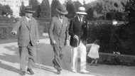 Aby zwischen Max (l.) und Paul Warburg beim Parkspaziergang