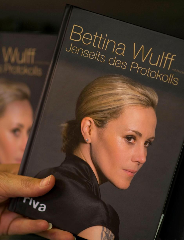 Vorgezogen mit erkennbarem Tattoo: Bettina Wulffs erstes Buch
