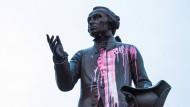 Im November 2018 wurde die Statue von Kant vor der Universität in Kaliningrad mit Farbe beschmiert.