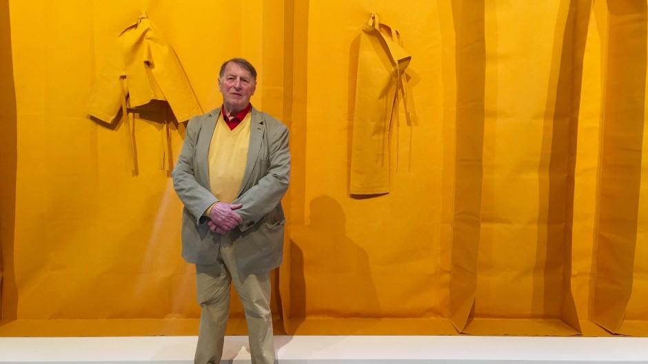 Die alten rockten die Biennale: Goldlöwen-Gewinner Franz Erhard Walther vor einem seiner Werke in Venedig