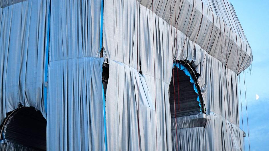 Im Plisseekleid aus silbrig blauen Stoffbahnen: Das Sieges- und Schlachtdenkmal von Paris