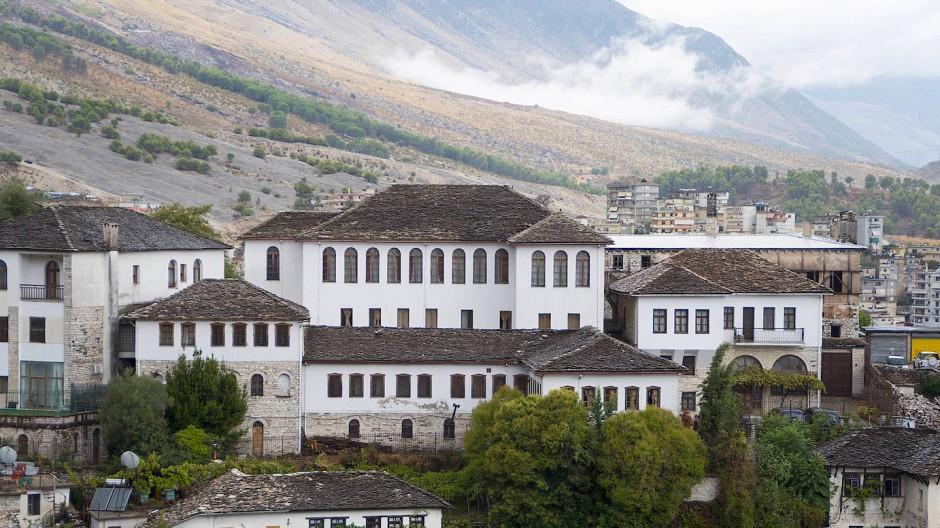 Sie hasst das große steinerne Haus, das ihr keine Luft zum Atmen lässt: typisches Gebäude in Ismail Kadares Heimatstadt Gjirokastra.