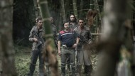 """Böse Männer im Wald: Pablo Escobar und seine Schergen in einer nachgestellten Szene der Doku """"Kingpin - die größten Verbrecherbosse""""."""