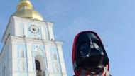 Wer ist wer? Der Kiewer Demonstrant droht Janukowitsch mit Darth-Vader-Maske oder hält ihm den Spiegel vor.
