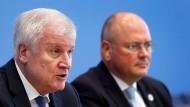 Horst Seehofer mit dem BSI-Präsidenten Arne Schoenbohm bei der Vorstellung des BSI-Berichts in der vergangenen Woche