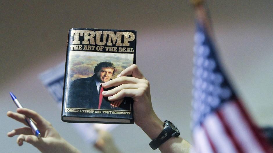 """Vorwahlkampfauftritt im Oktober 2015 in Georgia: Ein Anhänger hofft auf eine Signatur Trumps in """"The Art of the Deal""""."""