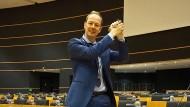 Der Deutsche legt sein Handtuch noch früher auf den Abgeordneten-Platz als der Engländer: Martin Sonneborn.