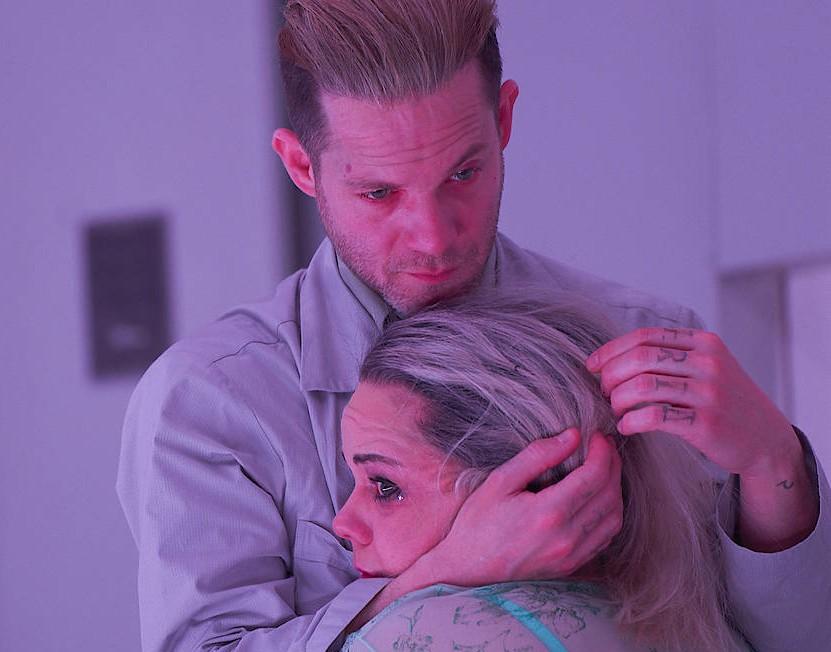 Der Mörder am Abend vor seiner Hinrichtung: Itay Tiran hält Sarah Viktoria Frick als Dirne im Arm