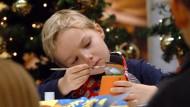 Rückzug in die Weihnachtswerkstatt: Sechs Jahre alter Junge beim Basteln in Dresden