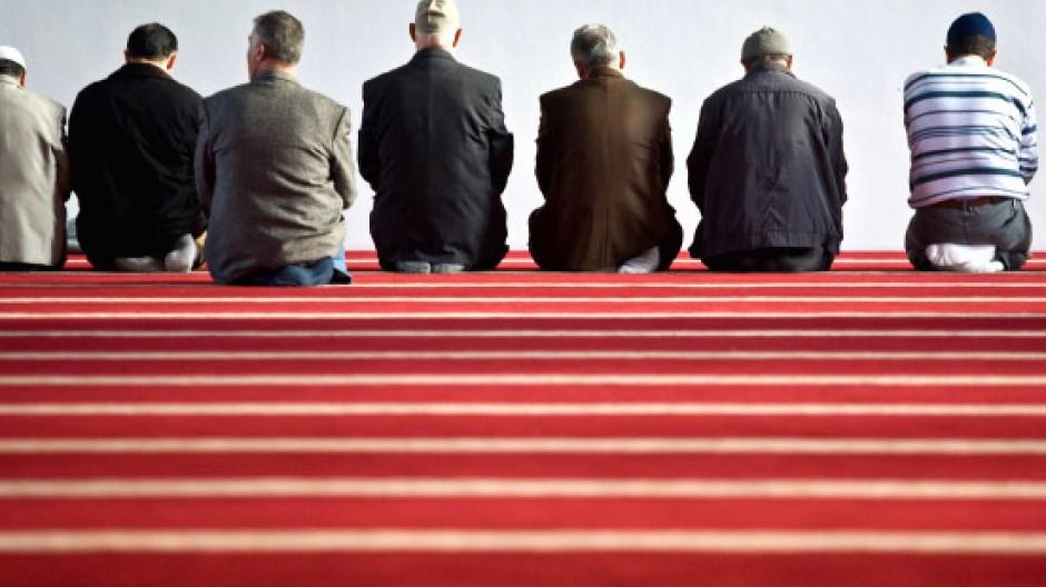 Zwischen traditiertem Weltbild und westlicher Moderne: Muslime im Gebetsraum der neuen Moschee in Duisburg Marxloh
