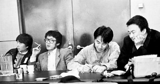 Ai Weiwei (rechts) und unser Autor Bei Ling (zweiter von links) 1989 auf einer chinesisch-amerikanischen Dichterkonferenz in New York