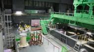 Der Block 4 des Reaktors von Fukushima. In den Hallen herrscht eine eigenartige Stille. Man hat das Gefühl, in einem Kloster zu sein: Es gibt viele Rituale der Reinigungen und Säuberungen. Die Mönche tragen Kutten, wir tragen unsere Schutzkleidung.