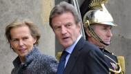 Christine Ockrent und ihr Mann Bernard Kouchner, bis zu Sarkozys Kabinettsumbildung Mitte November Frankreichs Außenminister, betreten den Elysée-Palast.