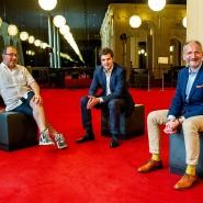 Jetzt sind Flexibilität und Pragmatismus gefragt: Barrie Kosky, Matthias Schulz und Dietmar Schwarz (von links nach rechts) im Foyer der Komischen Oper Berlin.