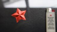 Kein bürgerlicher Stern also: das Verlagssignet und ein Werbemittel