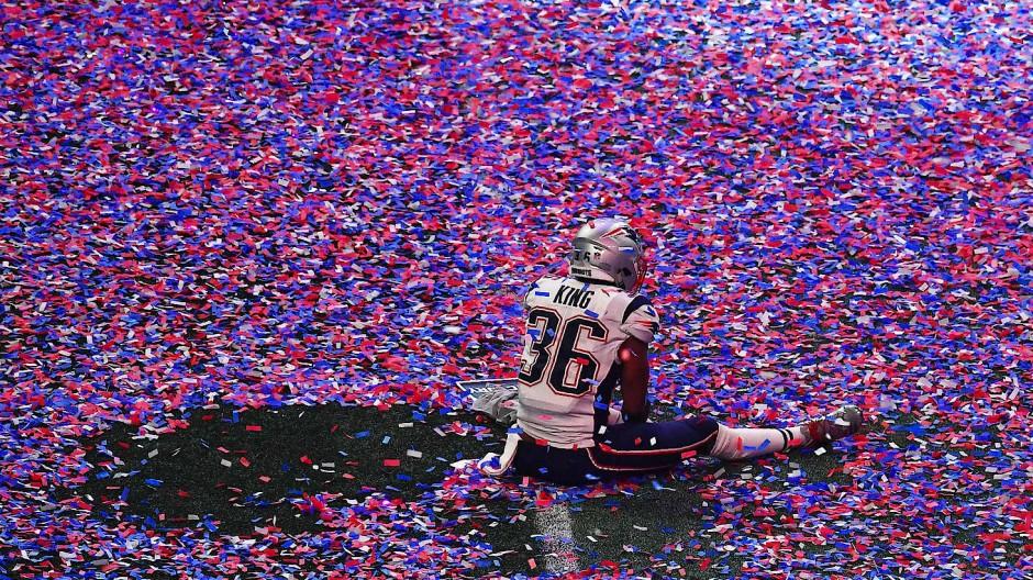 Der erste Sonntag im Februar, das große amerikanische Ritual, der Superbowl, das Finale im American Football – in Don DeLillos Roman gehen kurz vorm Kick-off im Jahr 2022 alle Lichter aus, und alle Bildschirme werden schwarz.