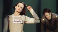 """Für den """"Spiegel""""-Kritiker Klaus Umbach unmusikalisch und unverständlich: Anna Karger im Januar 1997 in der Titelpartie von Helmut Lachenmanns """"Mädchen mit den Schwefelhölzern"""" in der Hamburger Staatsoper"""