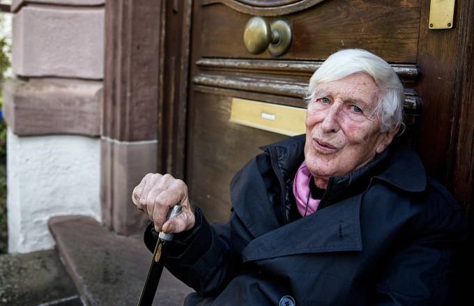 Tomi Ungerer, geboren am 28. November 1931 in Straßburg, gestorben am 9. Februar 2019 in Cork, im Oktober 2016 auf den Stufen vor seinem Elternhaus in Straßburg