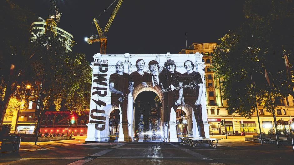 Ein Triumphbogen für die Hochspannungs-Band: Die Herren von AC/DC, hier projiziert auf den Londoner Marble Arch, werfen den Generator noch einmal an.