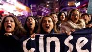 """Frauen demonstrieren in Instanbul: """"Vergewaltigung kann nicht legalisiert werden"""" steht auf ihrem Transparent."""