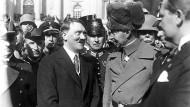 """Ziemlich beste Freunde: Adolf Hitler, der neue Reichskanzler, und Prinz Wilhelm von Preußen beim """"Tag von Potsdam"""" vor der Garnisonkirche am 21. März 1933."""