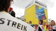 Die neuen Amazon-Zahlen wurden just an dem Tag bekannt, als Mitarbeiter an verschiedenen Standorten in den Streik traten.