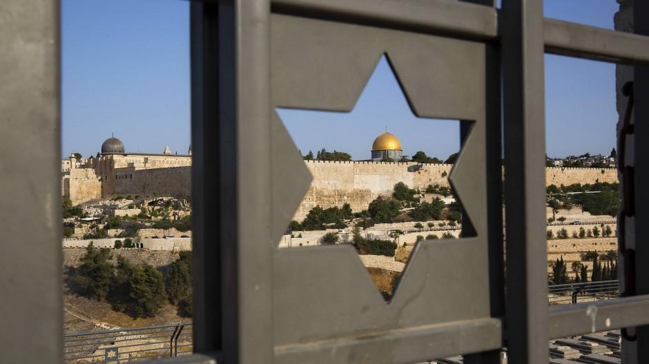 Der Felsendom auf dem Tempelberg ist ist durch eine Tür mit einem Davidstern zu sehen.