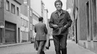 Die Vogelperspektive passt nicht zu ihm: John Cage, aufgenommen im April 1992 auf einer Münchner Straße.