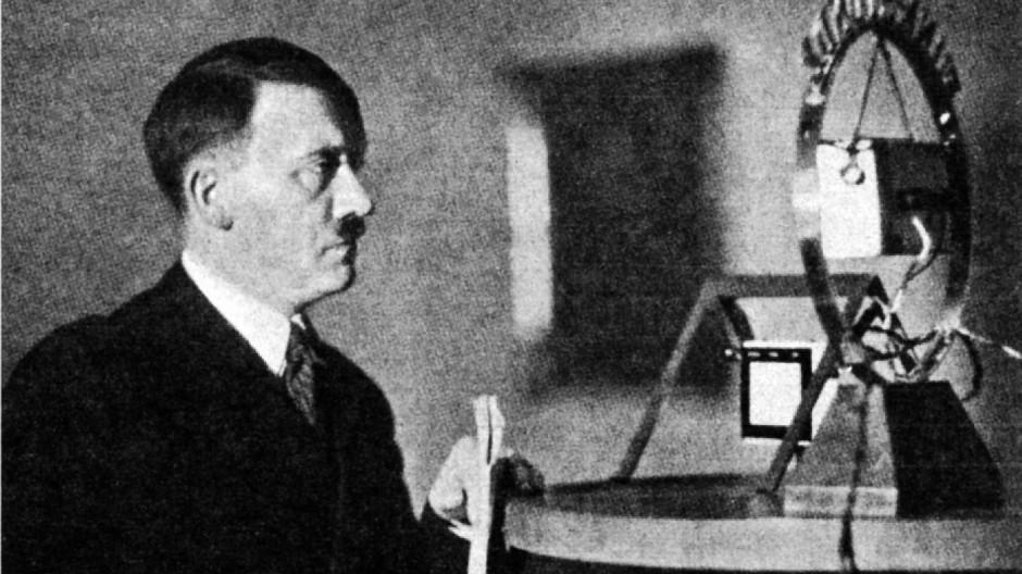 """Hitlers Rundfunkdebüt am 1. Februar 1933 war akustisch ein Reinfall: Seine Stimme habe """"kasernenhofartig, unsympathisch und gar nicht deutsch geklungen"""""""