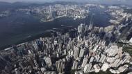 Bloß keinen Quadratzentimeter verschenken: Hongkongs Skyline aus tausend Wolkenkratzern von oben betrachtet.