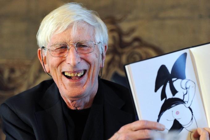 Ungerer im November 2011 mit einem seiner Bücher für Erwachsene