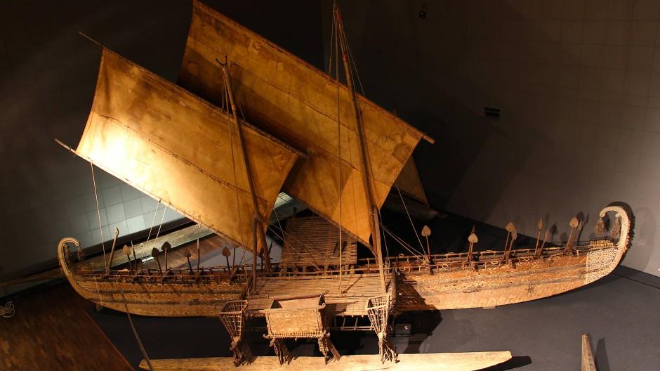 Das Luf-Boot, ein hochseetaugliches Auslegerboot, wurde auf der Hauptinsel der Eremiten-Inseln in Papua-Neuguinea hergestellt
