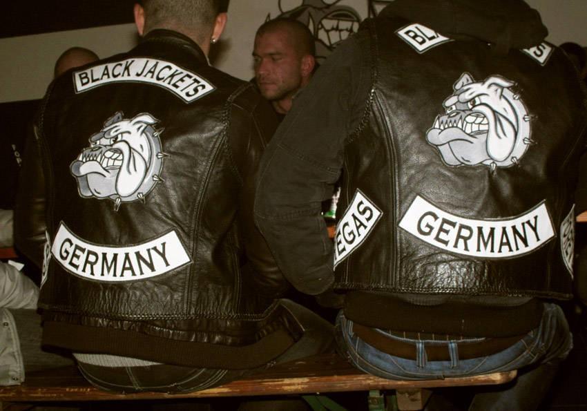 """Noch ein Logo: Der comicartige Bulldoggen-Kopf nach dem Motto """"Cave Canem"""" - """"hüte dich vor dem Hund"""". Und wer kein Motorrad fährt, kann auch Jeans tragen"""