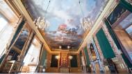 Der Blick ins Paradeschlafzimmer, inklusive des nachgefertigten Prunkbetts, in dem nie jemand geschlafen hat. Der Baldachin ist sechs Meter hoch.
