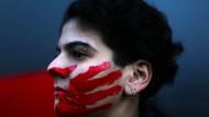 Nicht nur gegen die Regierung wird derzeit in Beirut protestiert, sondern auch gegen die Dinge, die sie zulässt: Libanesin bei Protesten gegen sexuelle Belästigung, Vergewaltigung und häusliche Gewalt