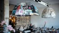 """Barbaros Altuğ im Foyer des Berliner Hotels """"Michelberger"""", wo seine Novelle teilweise spielt und wo er sie auch geschrieben hat"""