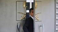 Hier starb Jamal Khasgoggi: Ein Wachmann schaut durch das Tor zum saudi-arabischen Konsulat in Istanbul.