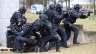 Eine Spezialeinheit der Bundespolizei demonstriert einen Anti-Terror-Einsatz