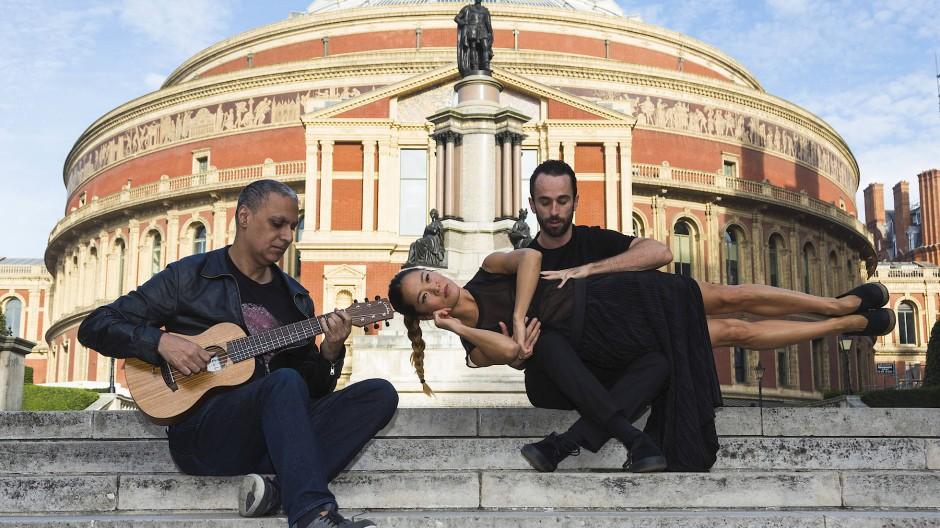 Zwischen Klassik und HipHop: Der britisch-indische Musiker Nitin Sawhney (rechts) mit Tänzern vor der Royal Albert Hall 2016, mit denen er damals an einem gemeinsamen Projekt arbeitete