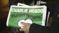 """Siebzigtausendmal wurde die Solidaritätsausgabe nach dem Anschlag auf """"Charlie Hebdo"""" allein in Deutschland verkauft. Jetzt kommt die erste fremdsprachige Ausgabe der französischen Satirezeitung."""