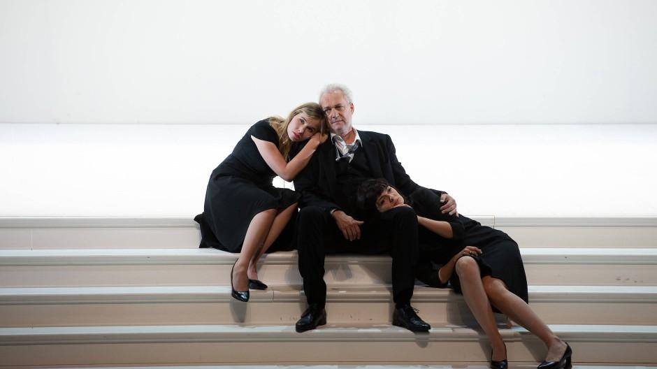 Das ist doch kein Frauenfeind! Don Alfonso (Johannes Martin Kränzle) zwischen Fiordiligi (Elsa Dreisig, l.) und Dorabella (Marianne Crebassa).