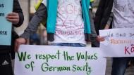 Nicht mit Fäusten kämpfen, sondern mit Worten. Nicht Menschen herrschen im Land, sondern Gesetze und Institutionen. Das gilt für Neuankömmlinge wie gebürtige Deutsche gleichermaßen – diese Flüchtlinge in Köln zeigen sich einverstanden.