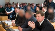 Den vier Angeklagten zwischen 29 und 56 Jahren wurde Freiheitsberaubung vorgeworfen, sie argumentieren damit, dass das Opfer eine Kassiererin bedroht hätte.