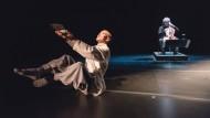 """Meditation in schwebender Bewegung: Der Körpersprachenkünstler Yong Min Cho und der Cellist Mario Brunello mit ihrem Stück """"Bridging Colours"""""""