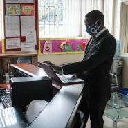 Digitaler Unterricht: Lehrer in Nairobi korrigieren Tests auf ihren Laptops.