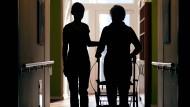 In Frankfurter Kliniken soll inzwischen jede zweite neu eingestellte Pflegekraft ausländischer Herkunft sein.