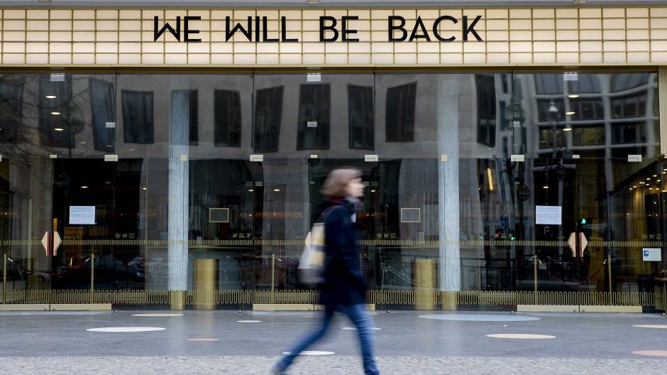 """Als hätte einer auf die Pausetaste gedrückt: Das Kino """"Zoo Palast"""" in Berlin vertröstet auf bessere Zeiten."""